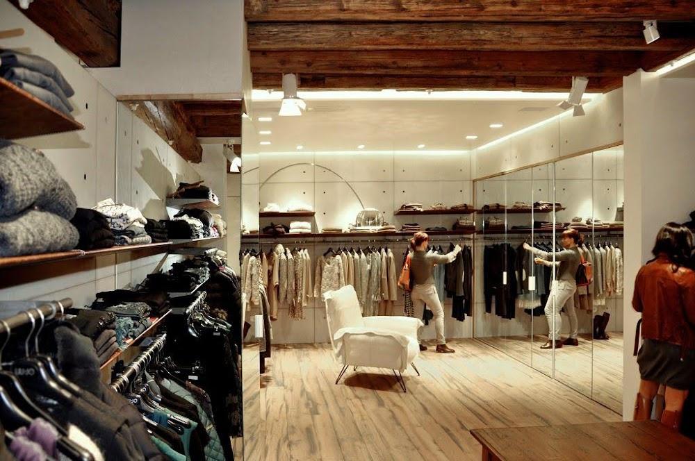 mẫu shop quần áo đẹp