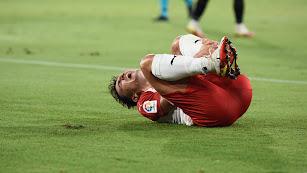 Aitor Buñuel se queja de un golpe en el partido ante el Málaga.