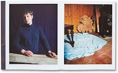foto met staande man, handen leunend op stof over de tafel een 2e foto met lichtblauw zeil op stenen vloer waar half een tafel op staat