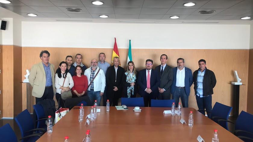 Foto de familia antes de la reunión de Susana Díaz con el Comité de Empresa de Cemex.