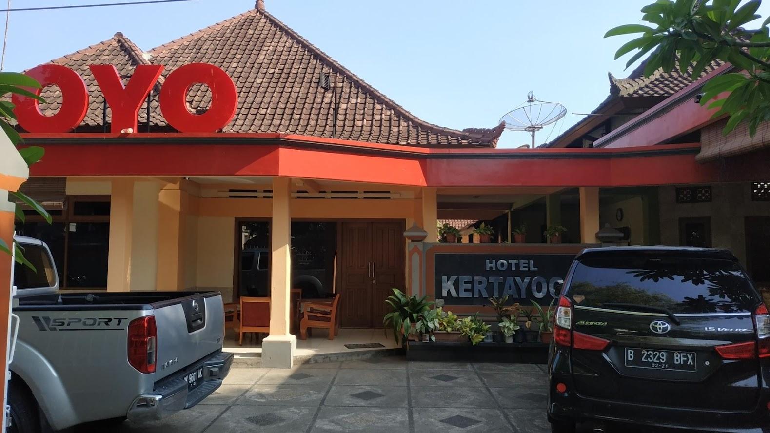 Depan hotel kertayoga dan juga parkir