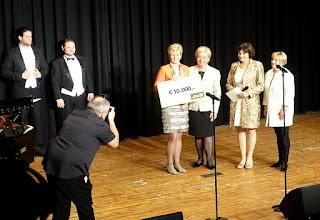 Photo: Scheckübergabe an Elisabeth Pröll - Präsidentin von www.hilfeimeigenenland.at