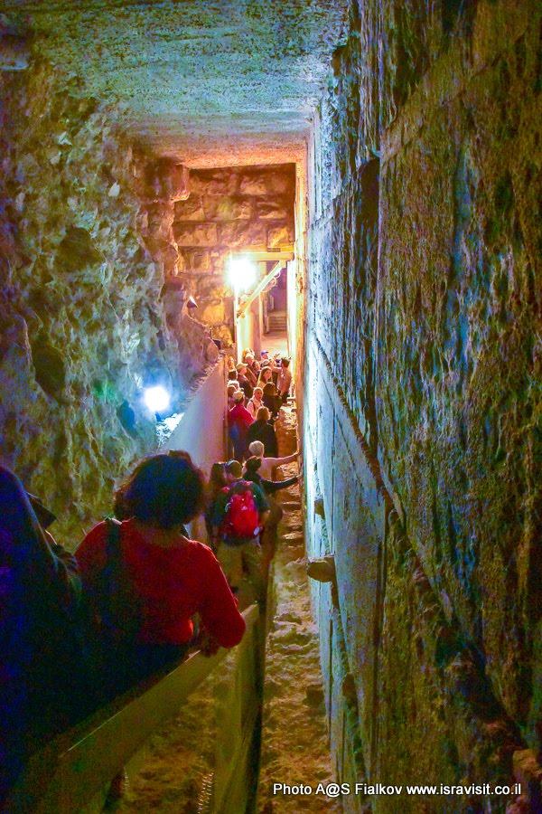 Спуск на экскурсию в тоннель Стены Плача. Стена с мегалитическими блоками.