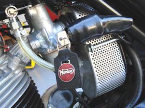 Carburateur amal sur la Norton Commando Roadster sortant des ateliers de Machines et Moteurs