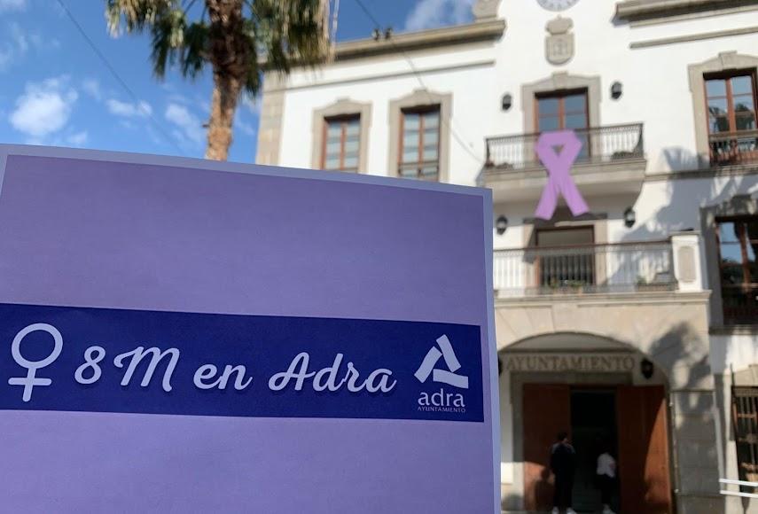Manuel Cortés, alcalde de Adra, ha celebrado el 8M a través de las redes sociales y luciendo mascarilla morada.