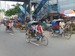 Photo: Mezi další dopravní prostředek, který nelze na ulici přehlédnout, patří cyklorikša. Odhaduje se, že jednom v Dháce jich jezdí přes 600 000.