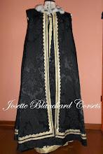 Photo: Capa Dinastia Tudor em brocado preto com aplicação de gorgorões, renda e pêlo ( natural ou sintético). A partir de R$ 150,00.