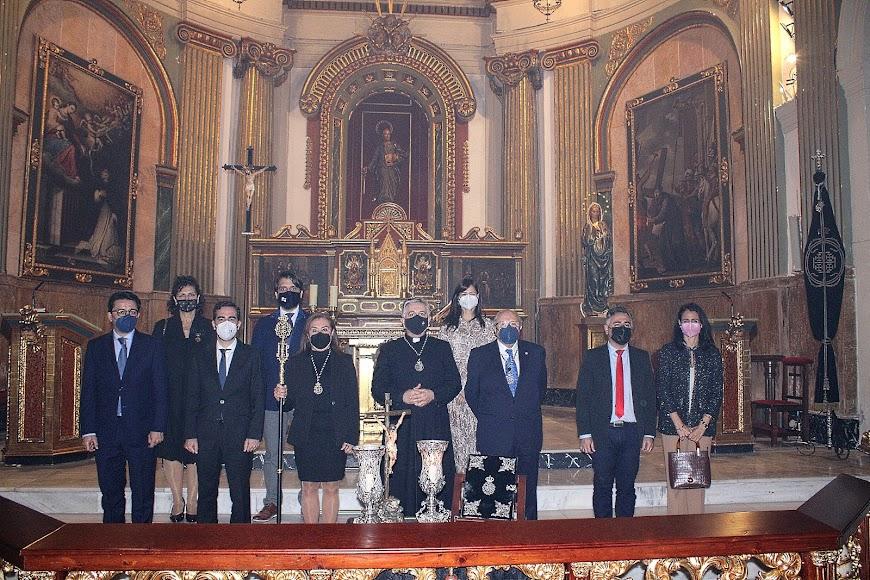 Autoridades en la toma de posesión de la hermana mayor de la Hermandad del Santo Sepulcro.