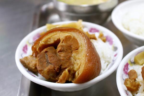 【台中  山河魯肉飯】台中第二市場老司機美食名單!光是魯肉飯就有「三層魯肉」和「腿庫魯肉」,適合大口吃肉肉