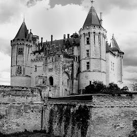 Saumur - Le château by Gérard CHATENET - Black & White Buildings & Architecture