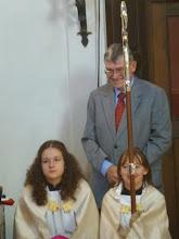 Photo: Altmesner Hans relaxted mit den jungen Assistentinnen des Bischofs.