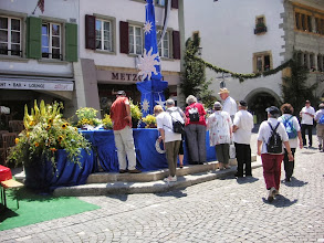 Photo: Wunderschön geschmückte Brunnen anlässlich des Murtenschiessens