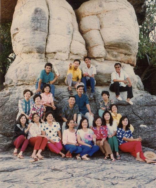 Tác giả (hàng sau cùng, ngoài cùng bên trái) với bà con Việt kiều tại tỉnh Mukdahan - Thái Lan (11/1989)