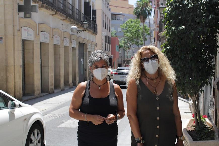 Carmen y Aurora María con mascarillas por el Centro Histórico de Almería.