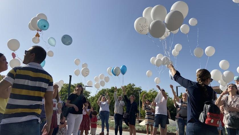 Suelta de globos en el Parque de las Familias.