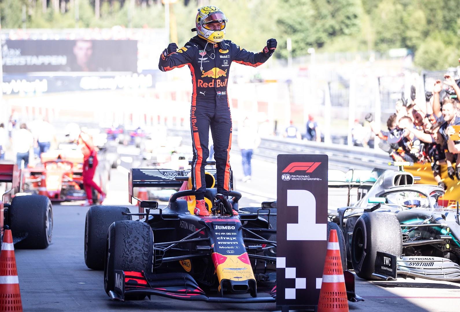 F1第9戦オーストリアGP、パルクフェルメでガッツポーズするフェルスタッペン