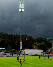 Photo: Til fodbold i Silkeborg, som vandt trods de sorte skyer