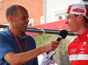 Photo: Peter Piil interviewer rytter fra Team Post Danmark