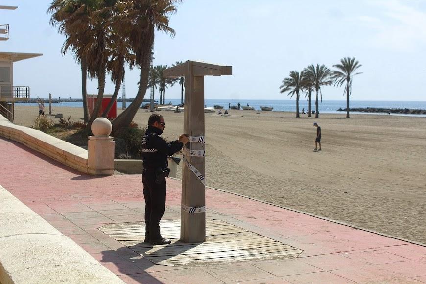 La Policía Local precinta las duchas de la Playa del Zapillo.