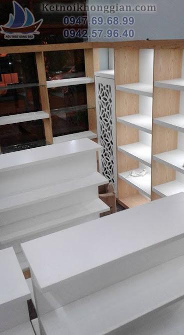 thi công cửa hàng tạp hóa với sự kết hợp của đèn led và màu trắng