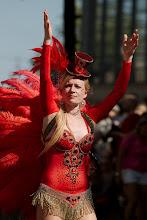 Photo: Punapukuinen Samba Maracanan tanssijatar / A red-dressed Samba Maracana's dancer