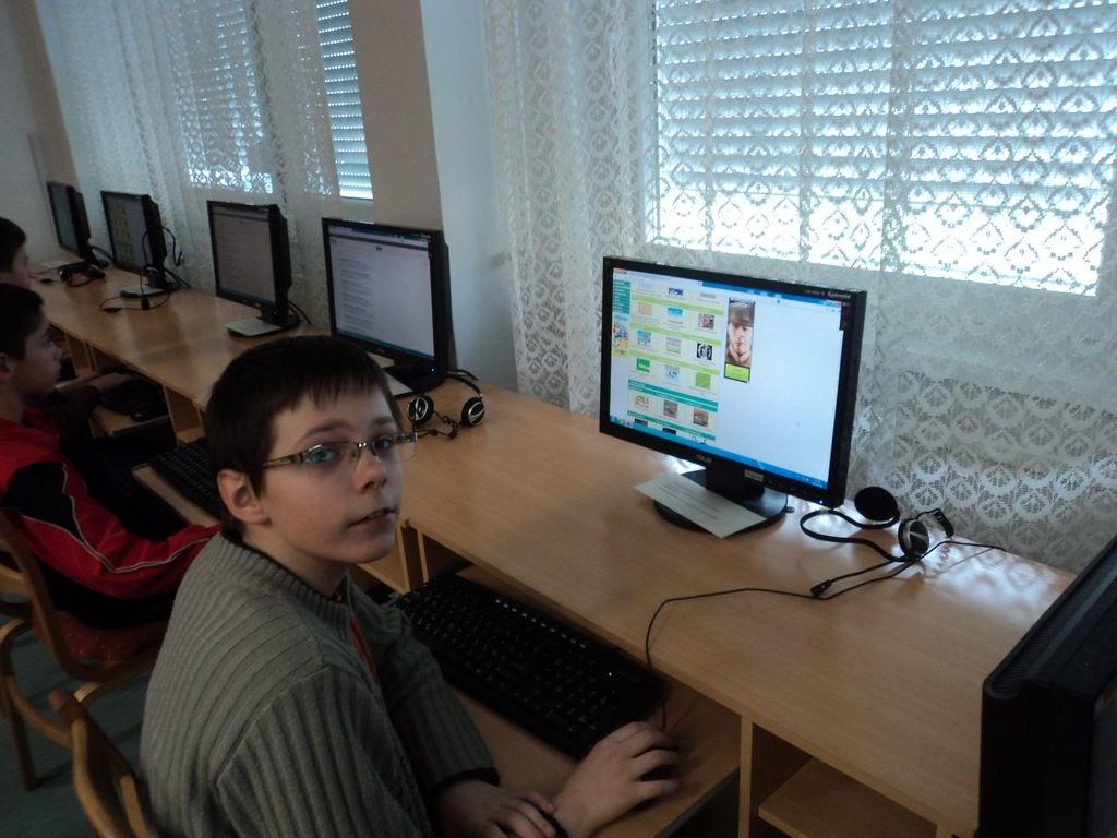 számítógépet kezelő fiú