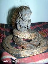 Photo: Kora-kora, Jenglot atau biasa disebut Batara Karang, jenis kelamin jantan, badan bagian bawah berupa ular, tinggi 10 cm dilihat dari samping kanan. http://nurkasim49.blogspot.it