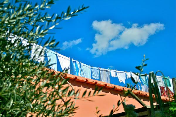 Panni stesi ad asciugare al sole di Nicolas Bernardi Imagine