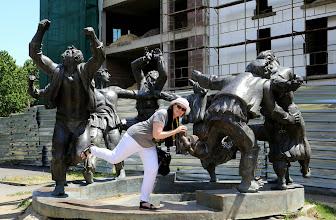 Photo: Samainen turisti Tbilisin Berikaoba -patsaalla