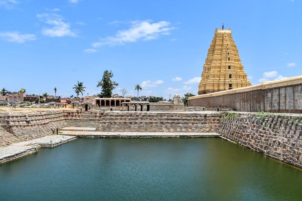lake+virupaksha+mandir+hampi+karnataka+india