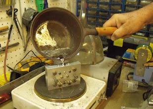 Photo: Le katem fondu à maxi 450°C est versé dans le moule