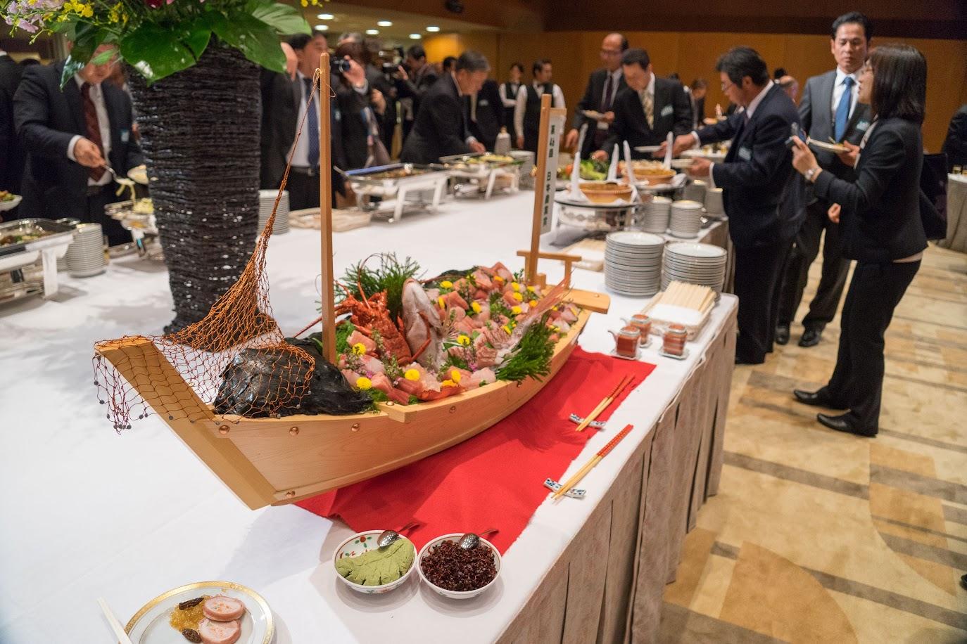 中央テーブルを飾る舟盛り
