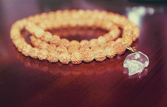 kalung dari biji jenitri