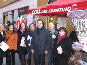 Photo: Burli con le operatrici dei servizi Inca e Caaf Cgil